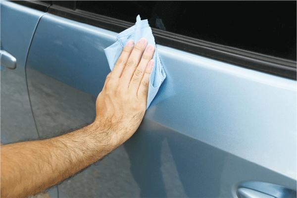 痛車ステッカーを貼る箇所を清掃する